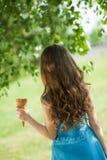cream льдед девушки еды Стоковое Изображение
