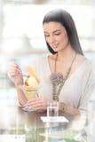 cream наслаждаясь женщина льда милая Стоковое Изображение RF