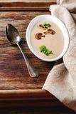 Cream домодельный суп гриба в белой плите с петрушкой темно Стоковое Изображение