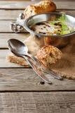 Cream домодельный суп гриба в серой плите с петрушкой, сватает Стоковые Изображения
