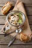 Cream домодельный суп гриба в серой плите с петрушкой, сватает Стоковые Фото