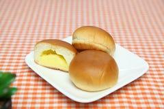Cream плюшки на плите Стоковые Изображения RF