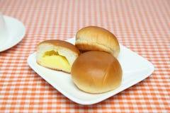 Cream плюшки на плите Стоковые Фотографии RF