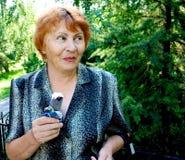 cream пожилая женщина парка льда стоковые фото