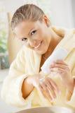 cream рука используя женщину Стоковые Фото
