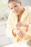 cream рука используя женщину Стоковые Изображения RF