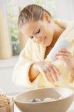 cream рука используя женщину Стоковая Фотография RF
