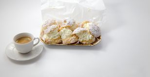 Cream слойка испечет с взбитой сливк стоковая фотография