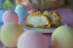 Cream слойка испечет с заварным кремом на пастельной предпосылке, сливк Choux стоковая фотография