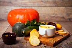 Cream суп тыквы служил с зажаренными в духовке семенами и гренками на деревянной предпосылке оливка масла кухни еды принципиально Стоковая Фотография