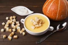 Cream суп тыквы с специями, с сливк, шутихи, на br Стоковое Фото