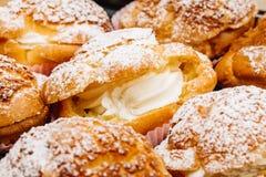 Cream слойки заполненные с сливк печенья и взбрызнутые с powdere Стоковое Изображение