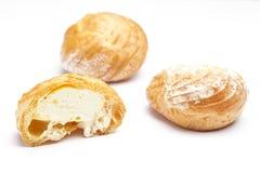 Cream слойки на белизне Стоковые Изображения RF