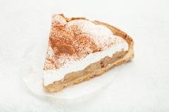 Cream торт на белой предпосылке стоковая фотография rf