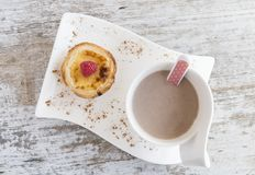 Cream торт с поленикой на белых плите и чашке стоковое изображение