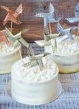 Cream чизкейк с бумажным украшением Стоковое Изображение RF
