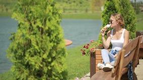 cream льдед девушки еды горячая погода видеоматериал