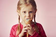 cream льдед девушки еды немного Стоковые Изображения