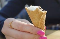 cream льдед девушки еды Стоковая Фотография RF