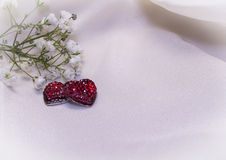 Красные сердца на cream ткани Стоковые Изображения