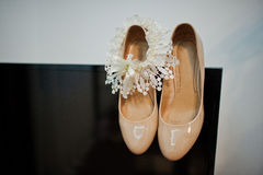 Cream colour wedding shoes Royalty Free Stock Photography