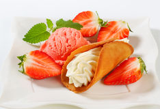 Cream-filled gingerbread cookie with strawberries and ice cream Royalty Free Stock Photos