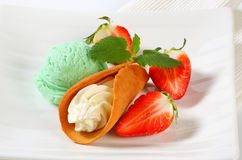Cream-filled gingerbread cookie with strawberries and ice cream Stock Photography