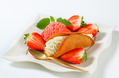 Cream-filled gingerbread cookie with strawberries and ice cream Stock Photos
