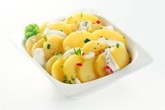 Creamed Gotowana niemiecka Kartoflana sałatka na Białym pucharze Zdjęcia Royalty Free