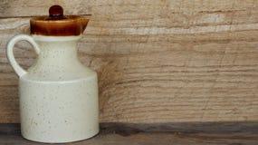 Creameru miotacz na drewnianym tle obraz stock