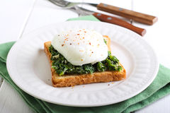 Creamy spinach and poached egg toast Royalty Free Stock Photos