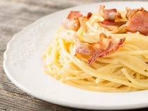 Creamy traditional italian spaghetti carbonara pasta Stock Photos