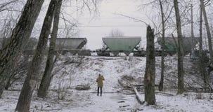 Creando la cantidad de pasar el tren de carga en invierno almacen de metraje de vídeo