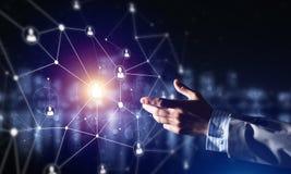 Creando le tecnologie wireless moderne come mezzi di communucation e di rete su fondo scuro Immagini Stock Libere da Diritti