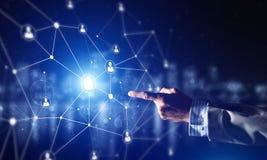 Creando le tecnologie wireless moderne come mezzi di communucation e di rete su fondo scuro Immagine Stock Libera da Diritti