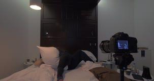Creando una cantidad de la lucha de almohada en casa almacen de video