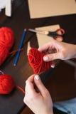 Crear el corazón de lana rojo Fotografía de archivo libre de regalías