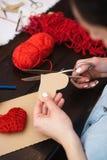 Crear el corazón de lana rojo Fotografía de archivo