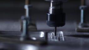 Crear el cuerpo del colchón en la fábrica que corta una pieza única del aluminio en la máquina en la cámara lenta almacen de metraje de vídeo