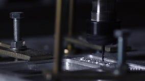 Crear el cuerpo del colchón en la fábrica que corta una pieza única del aluminio en la máquina en la cámara lenta metrajes