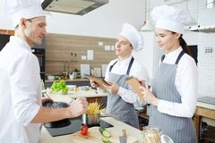 Crear el menú en la cocina del restaurante fotografía de archivo