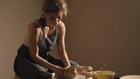 Crear el tarro o el florero de arcilla metrajes