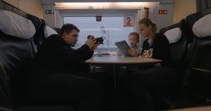 Crear la cantidad de la mamá y al niño que usa el cojín durante viaje del tren almacen de metraje de vídeo