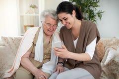 Crear memorias con la abuela Foto de archivo