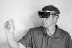 Crear realidad virtual con los vidrios elegantes Imagen de archivo libre de regalías