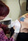 Crear un tatuaje de la flor Fotografía de archivo libre de regalías