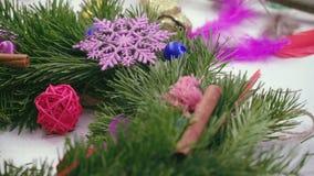 Crear una guirnalda de la Navidad con las decoraciones Primer almacen de metraje de vídeo