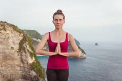 Creare Namaste Donna che un le sue palme sulla sua area del petto Fotografia Stock Libera da Diritti