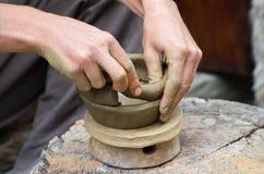 Creare un barattolo o un vaso del primo piano bianco dell'argilla Fotografia Stock Libera da Diritti