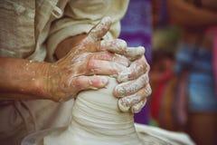 Creare un barattolo o un vaso del primo piano bianco dell'argilla Pulviscolo matrice Uomo fotografia stock libera da diritti